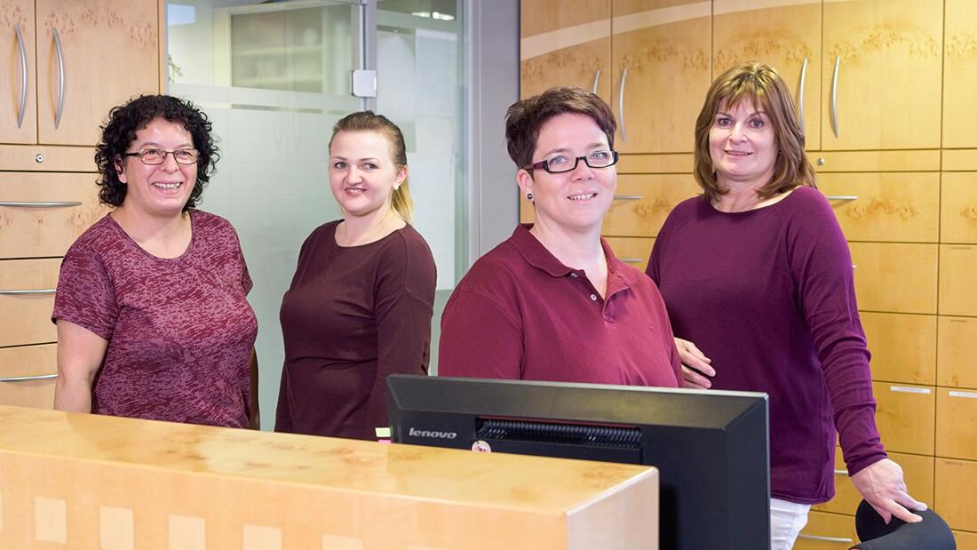 Hausarztpraxis Rheinstraße in Nastätten - Mitarbeiterinnen der Praxis am Empfang